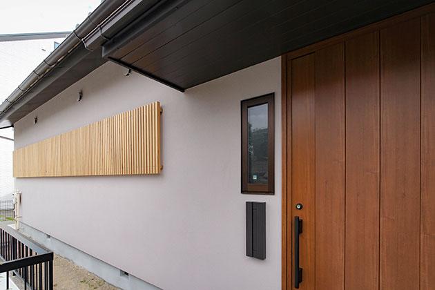 外壁は左官仕上げの塗り壁 木格子で洗練された和テイストに