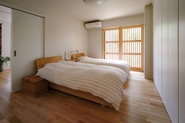 格子建具からこぼれる自然光が美しい寝室