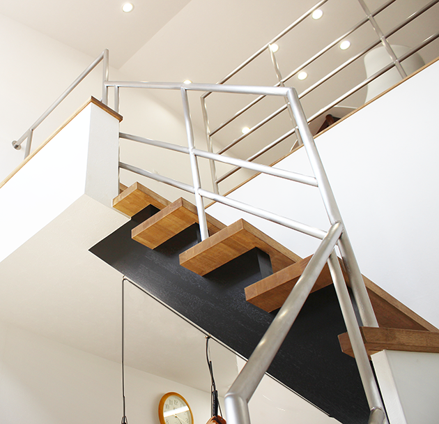 ステンレス+無垢材のオリジナル階段
