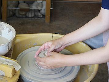 陶芸教室にて、ろくろ体験の様子