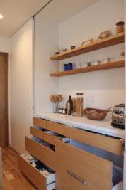 「見せる収納」は、上部は飾り棚。下部は引き出し収納です。
