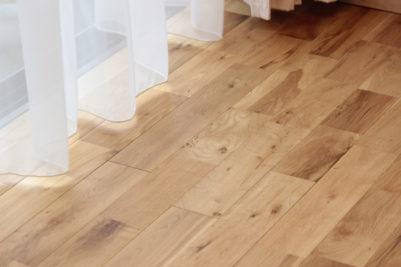床はオークの無垢フローリング。冬は暖かく、夏はさらっと快適な肌触り。