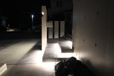 階段下はラインライトで照らす