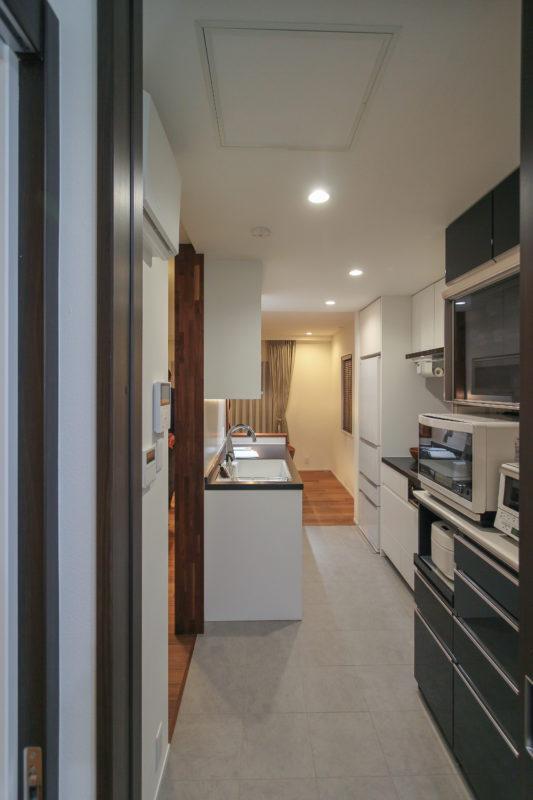 サニタリールームからキッチンの画像