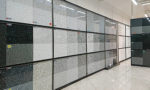 新事務所「コンセプトルーム」のキッチンに使う石板の工場にて、石材の見本の数々