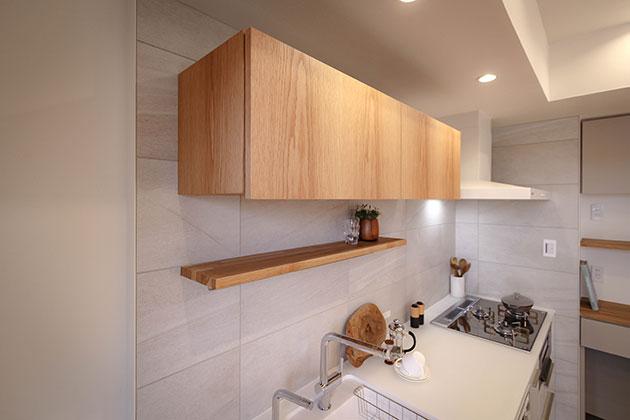 オーク材のキッチン吊戸収納